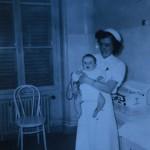 jpg/Infirmiere_puericultrice_tenant_un_bebe_Beaumont-sur_Oise_ETH-1996-131-3.jpg