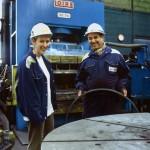 jpg/Ingenieure_metallurgiste_devant_la_presse_a_filer_de_l_usine_Vallourec_ARP-06XA02-18-2.jpg