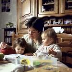 jpg/Une_assistante_maternelle_et_deux_enfants_ARP-06XA02-31-2.jpg