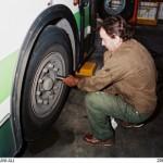 Remontage d'une roue d'autobus au centre bus de Lagny